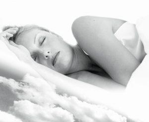 Mujer descansando en una nube