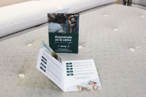 díptico certificaciones terxy encima de colchón