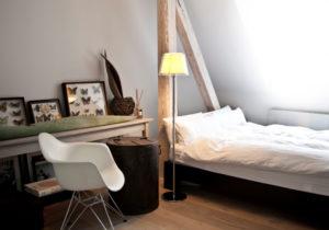 Lámpara de pie en dormitorio