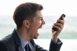 Primer plano del empresario gritando al teléfono